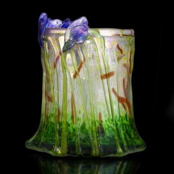 Smetana Ágnes üveg díszváza lila íriszekkel