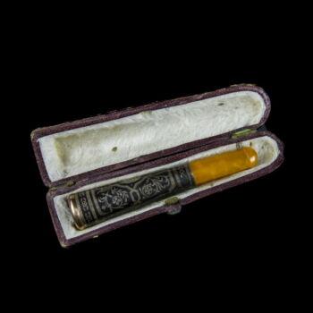 Borostyán szipka niellós ezüst díszítéssel