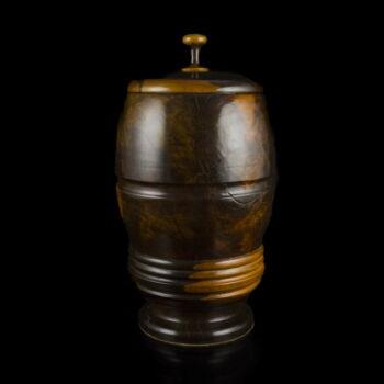 Esztergált trópusi fa fedeles urna