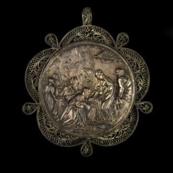 Ezüst keresztelő medál a háromkirályok imádásának jelenetével