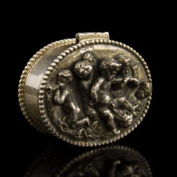 Bécsi ezüst szelence fedelén puttós díszítéssel