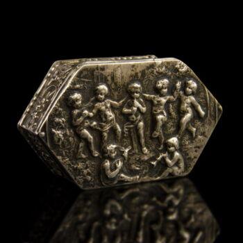 Hatszögletű ezüst szelence fedelén puttókkal