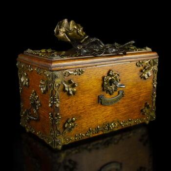 Fa ékszertartó doboz kulcsával