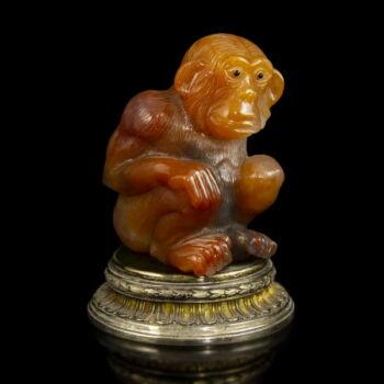 Faragott achát csimpánz figura aranyozott ezüst talapzaton