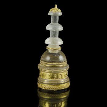 Hegyikristály sztúpa arany rátétekkel