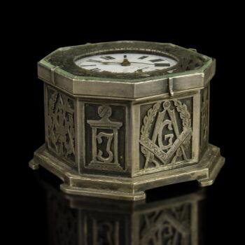 Szabadkőműves ezüst tokos asztali óra