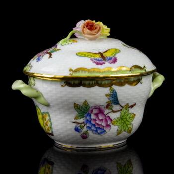 Herendi porcelán kétfüles fedeles bonbonier rózsás fogóval