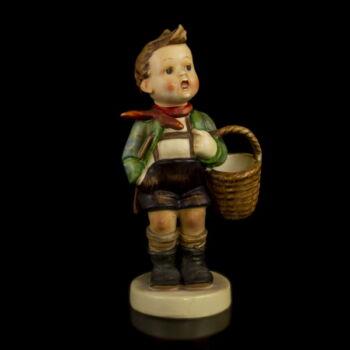 Hummel figura kisfiú kosárral