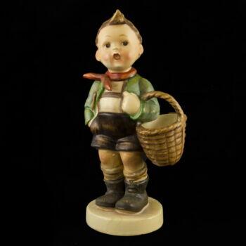 Hummel kerámia figura: Kisfiú kosárral (Village Boy)