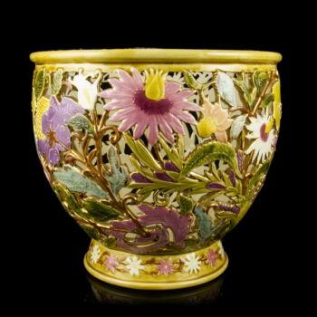 Zsolnay porcelánfajansz kaspó áttört és virágmintás díszítéssel