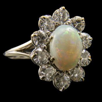 Opál köves gyűrű gyémántokkal