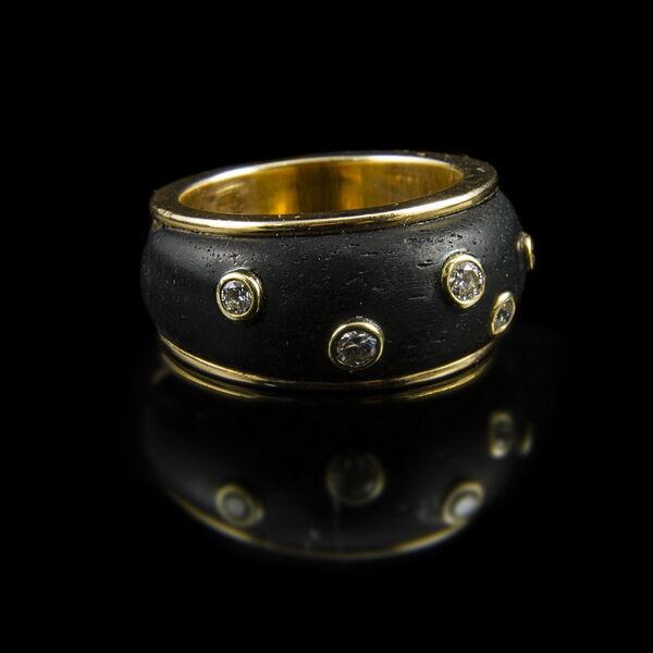 Ébenfa betétes arany gyűrű gyémántokkal