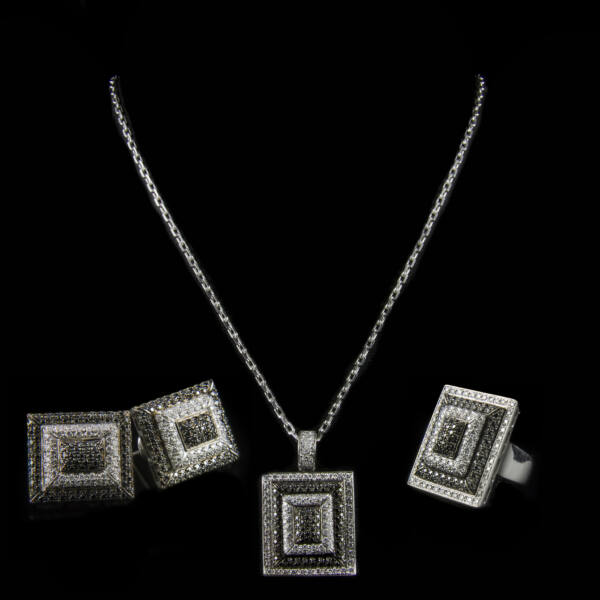 Fehérarany ékszergarnitúra briliáns csiszolású- és fekete gyémántokkal
