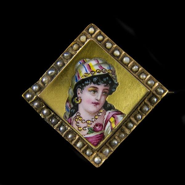Arany bross zománcfestett női portréképpel és gyöngyökkel