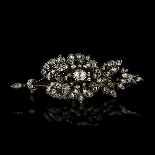 Gyémánt bross virág alakú foglalatban régi csiszolású gyémántokkal