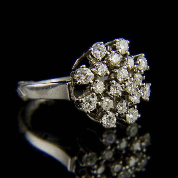 14 karátos fehérarany gyűrű gyémánt kövekkel