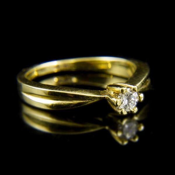 14 karátos sárgaarany szoliter gyűrű hatkarmos foglalatban gyémánt kővel (0.20 ct)