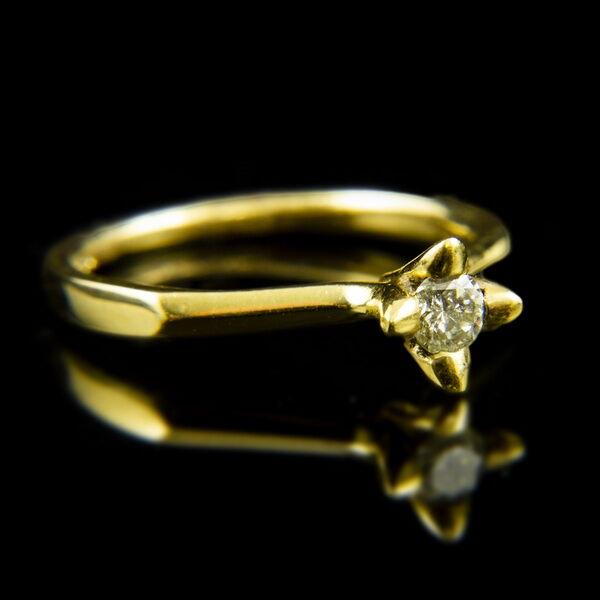 18 karátos sárgaarany gyűrű csillag alakú négykarmos foglalatban gyémánt kővel (0.15 ct)