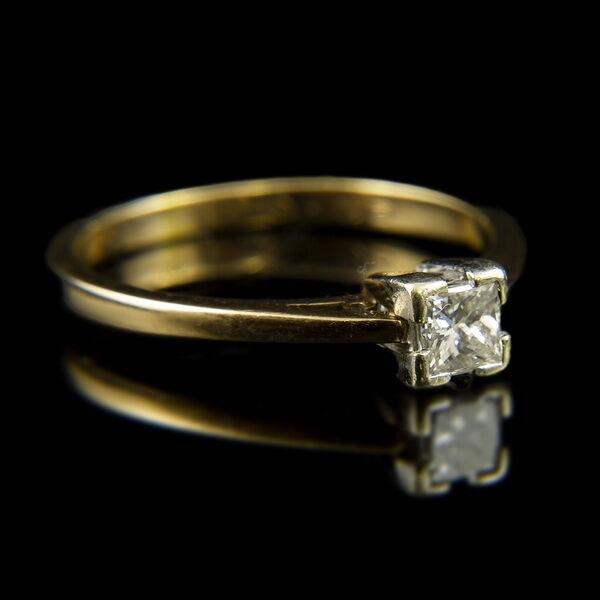 Sárgaarany eljegyzési gyűrű fantázia csiszolású gyémánt kővel (0.25 ct)