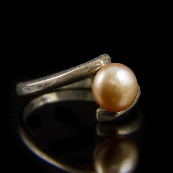 Ezüst gyűrű konyak színű gyönggyel