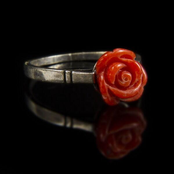 Ezüst gyűrű korall rózsával