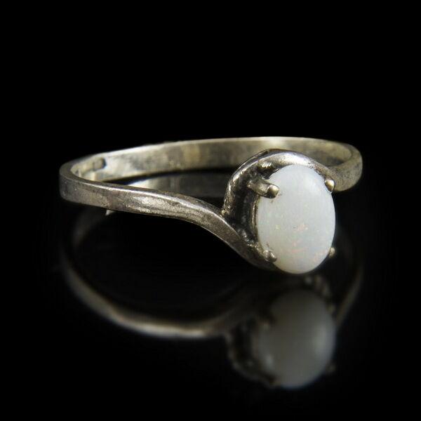 Ezüst gyűrű nemesopál kővel