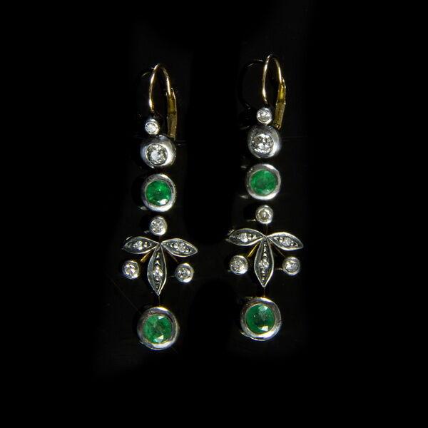 Fülbevaló pár smaragd és gyémánt kövekkel