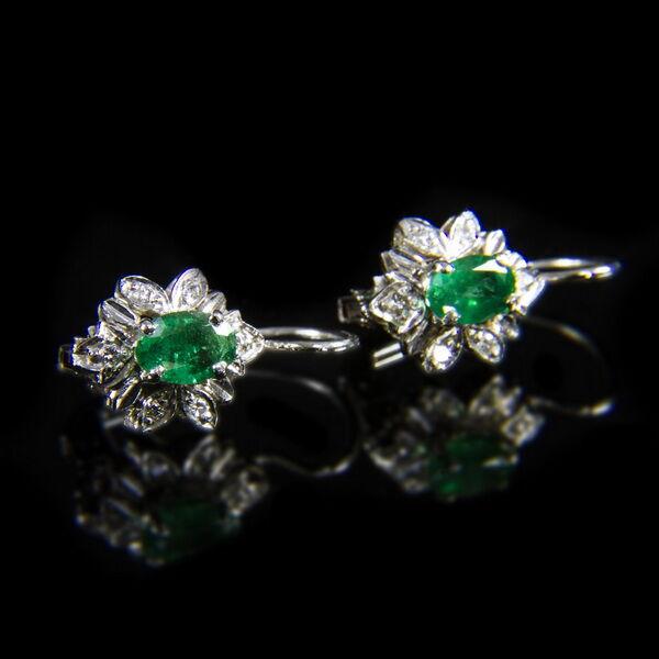 Rozetta fazonú smaragd-briliáns fülbevaló pár