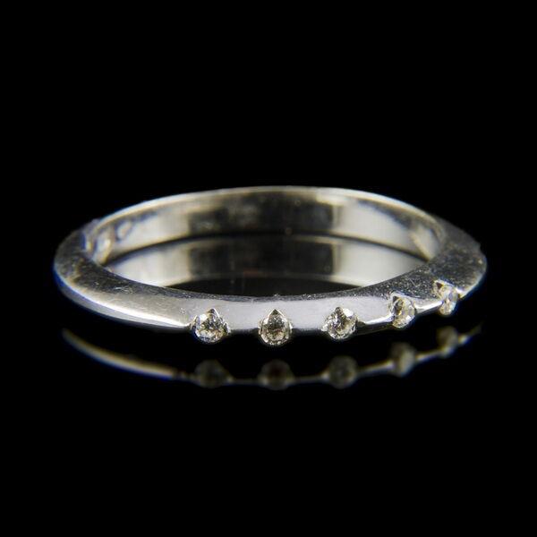 14 karátos fehérarany gyűrű 5 db apró gyémánttal
