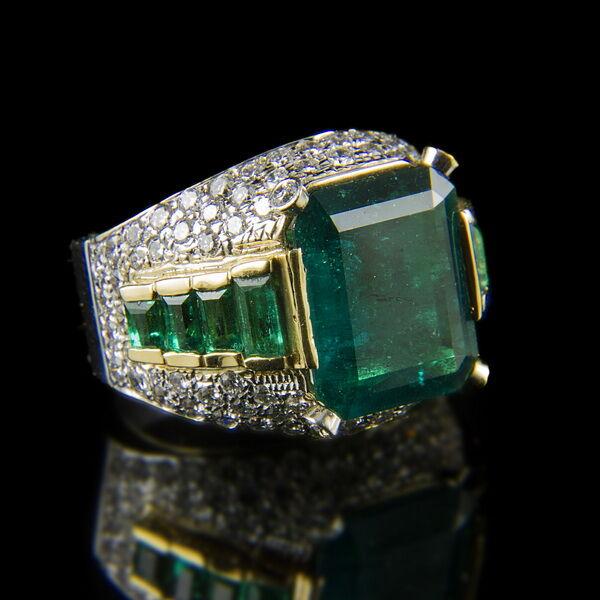 Fehérarany gyémánt gyűrű táblás és baguette csiszolású smaragddal