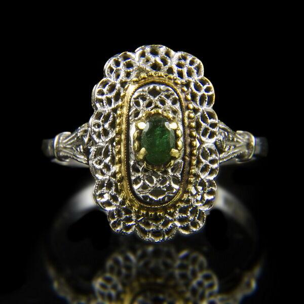 Fehérarany gyűrű csipkeszerű gyűrűfejben smaragd kővel