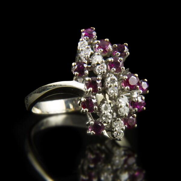 Fehérarany gyűrű rubin és gyémánt kövekkel