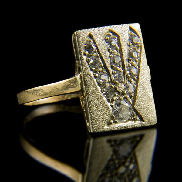 Gyémánt köves arany gyűrű szögletes gyűrűfejjel