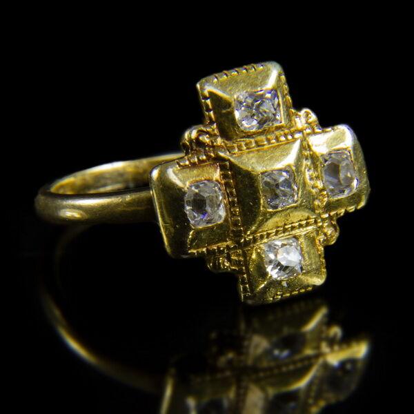 Kereszt formájú gyémántköves arany gyűrű