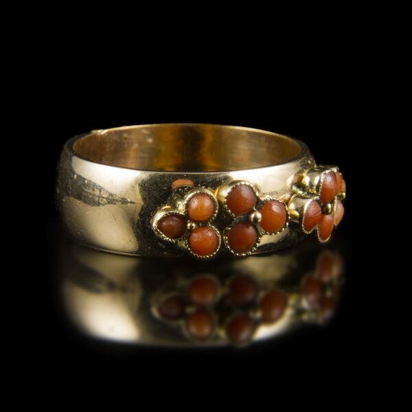 Korall köves arany gyűrű
