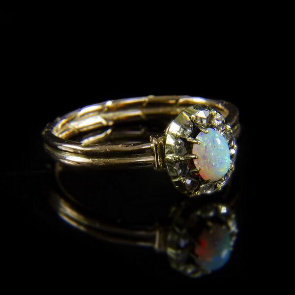 Opál-gyémánt rozettás arany gyűrű