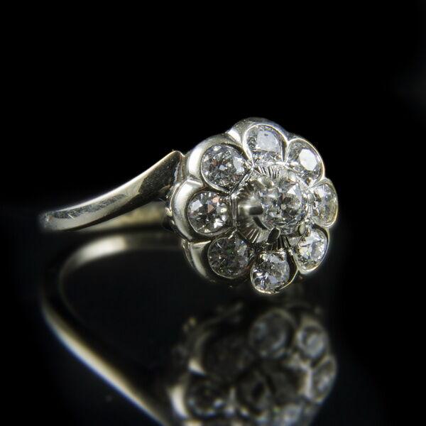 Rozetta fazonú fehérarany gyűrű gyémánt kövekkel