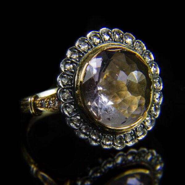Rozetta fazonú gyűrű ametiszttel és gyémántokkal