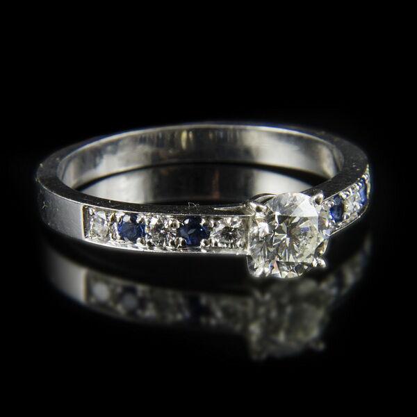 Szoliter fazonú gyémánt gyűrű zafír kövekkel