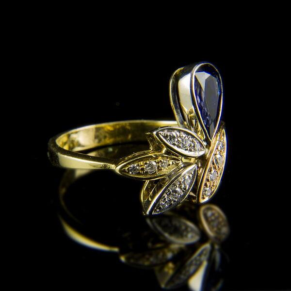 Virág forma arany gyűrű zafírral és gyémántokkal