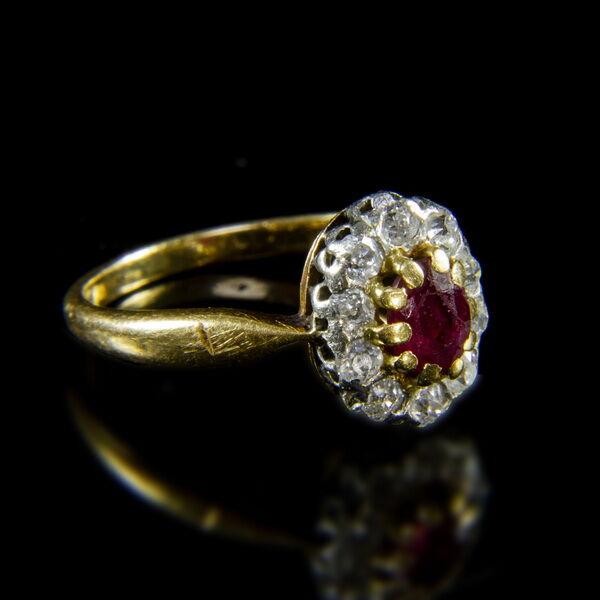 Rozetta fazonú rubin-briliáns női gyűrű