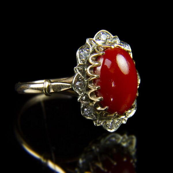 Női arany gyűrű korallal és gyémánt kövekkel