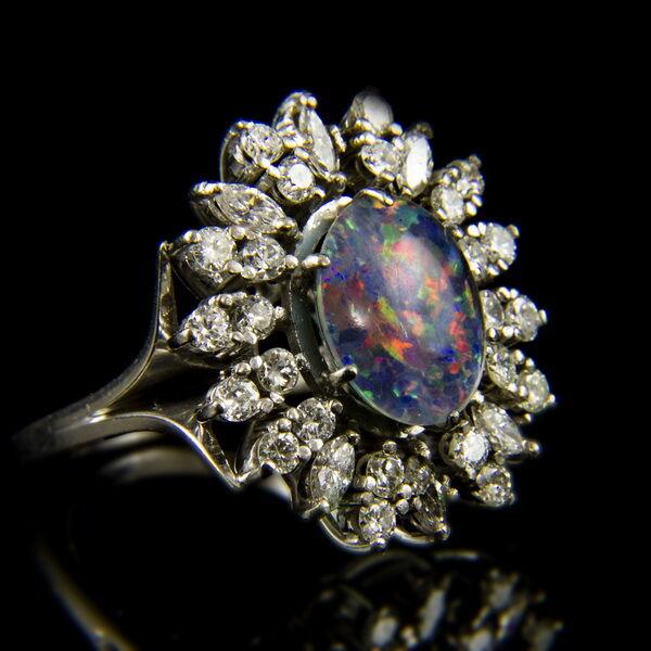 14 karátos fehérarany gyűrű nemesopállal és gyémánt kövekkel