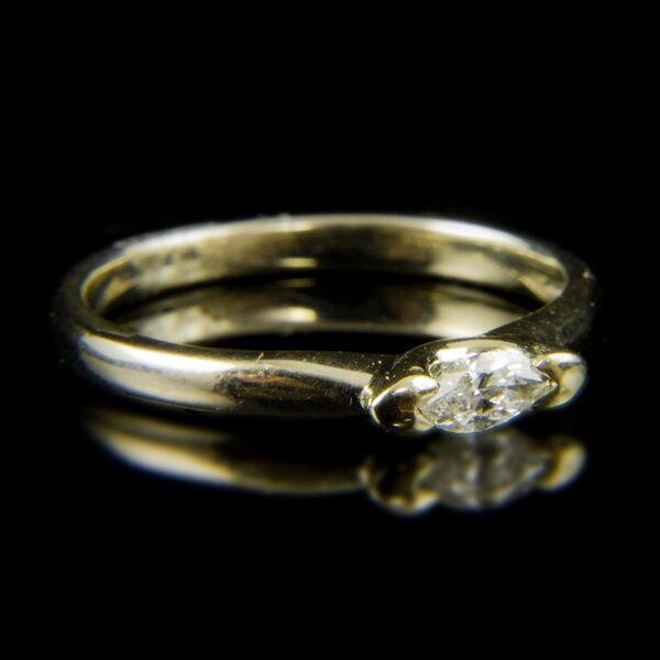 14 karátos fehérarany szoliter gyűrű navett csiszolású gyémánt kővel (0.19 ct)
