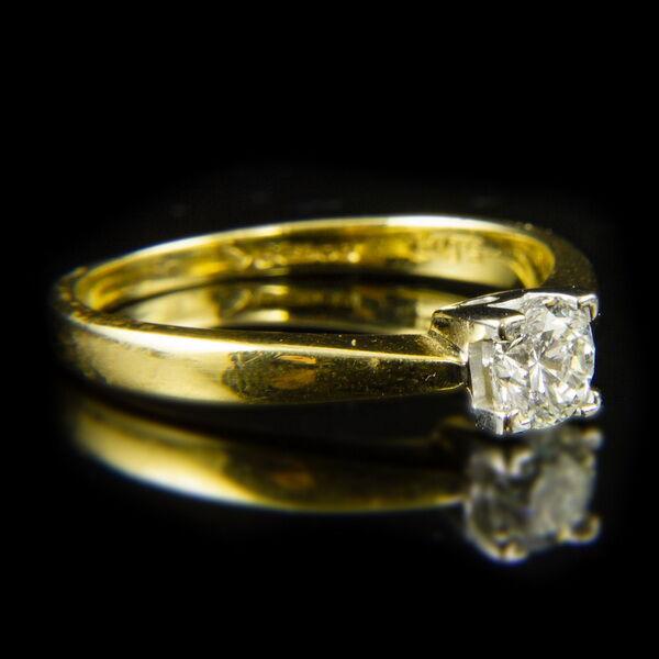18 karátos sárgaarany eljegyzési gyűrű briliáns csiszolású gyémánt kővel (0.50 ct)
