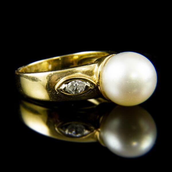 18 karátos sárgaarany gyűrű gyönggyel és navett gyémántokkal