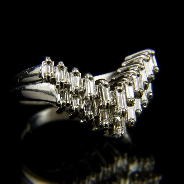 Platina gyűrű baguette csiszolású gyémánt kövekkel
