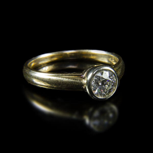 Szoliter gyűrű bouton foglalatban régi csiszolású gyémánt kővel (0. 60 ct)