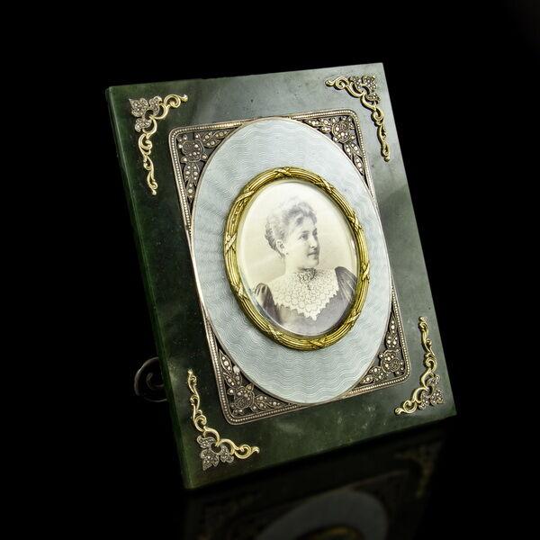 Asztali nefrit fényképtartó ezüst és lüszterzománc díszítéssel