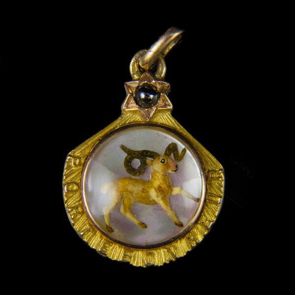 Zodiákus arany medál gyöngyház lapon KOS